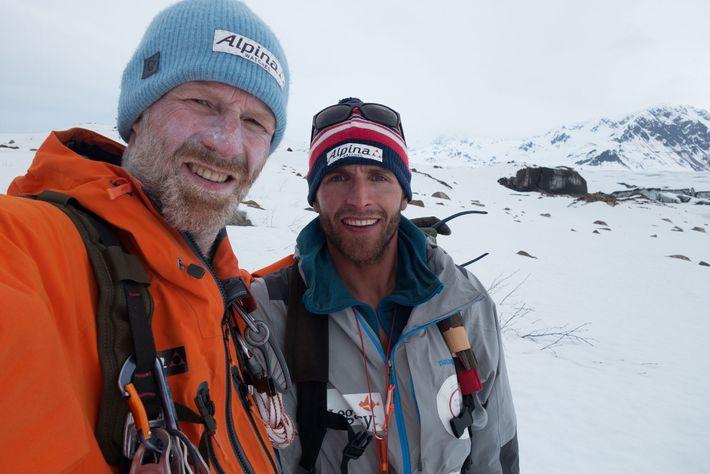 Børge Ousland e Vincent Colliard posam para uma fotografia, depois de atravessarem o campo de gelo ...