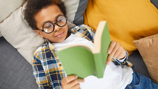 Criança lê um livro