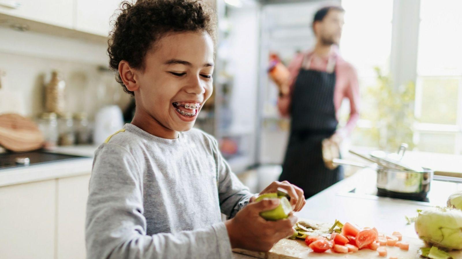 Menino na cozinha - a comer comida vegetariana