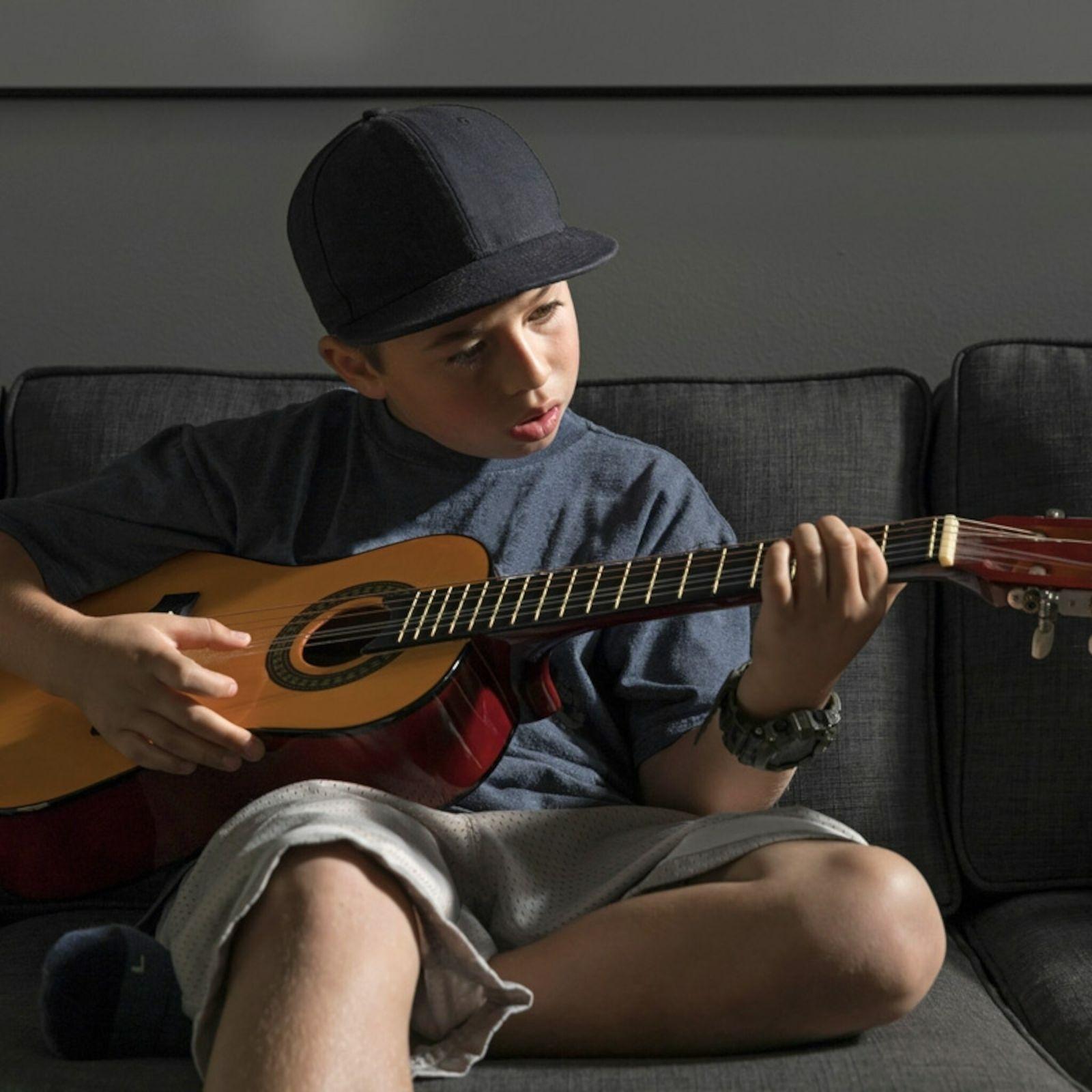 Criança a tocar guitarra
