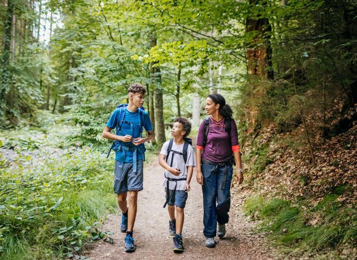 Crianças com a mãe - conversar na natureza