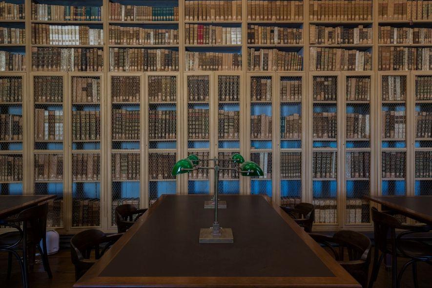 Estantes de livros da Biblioteca Pública de Évora.