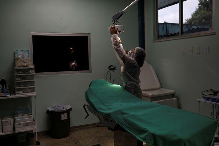 Numa clínica em Manaus, a enfermeira tribal Vanderlecia Ortega dos Santos prepara uma sala de exames ...