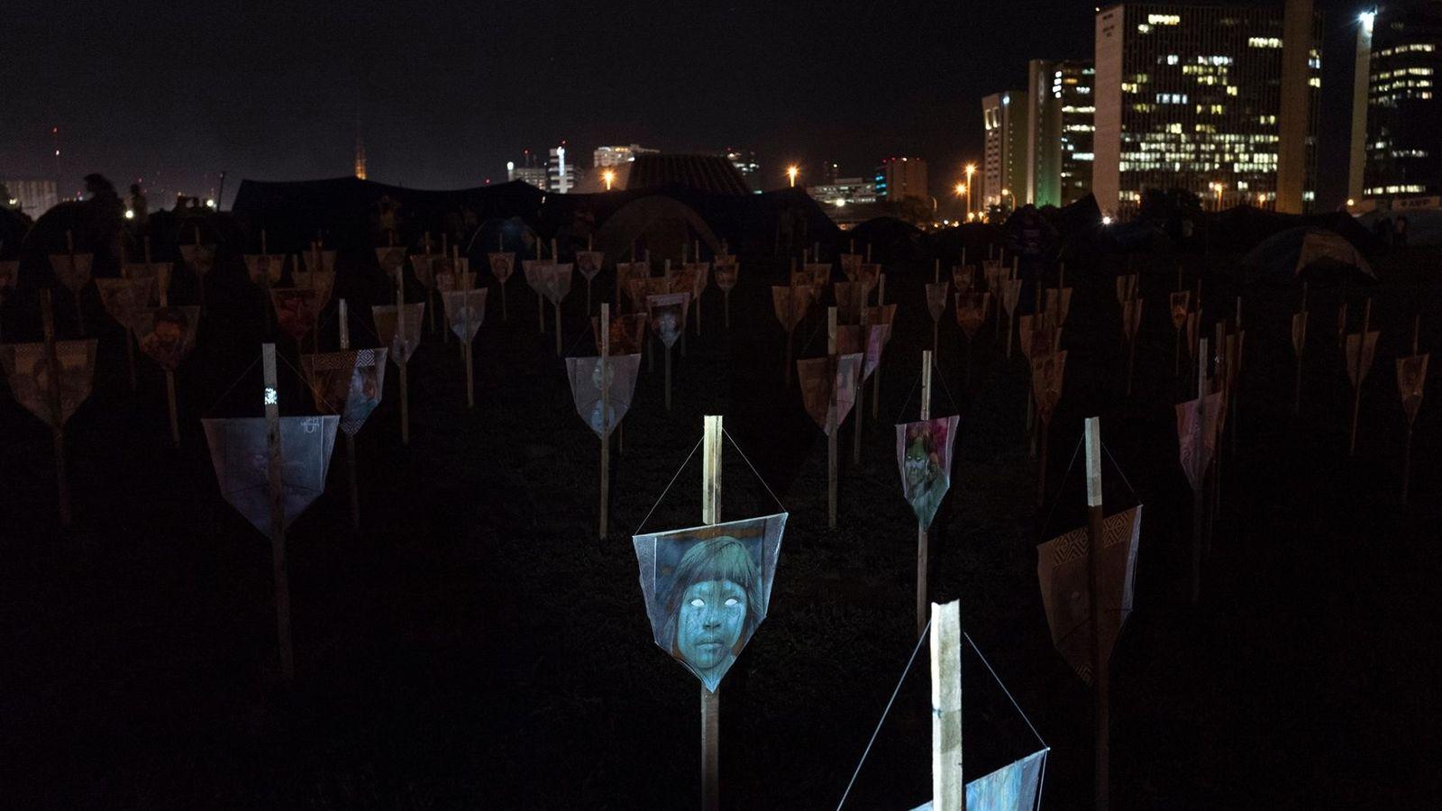 Esta peça de arte, em Brasília, celebra os povos indígenas assassinados no Brasil em 2019. A ...