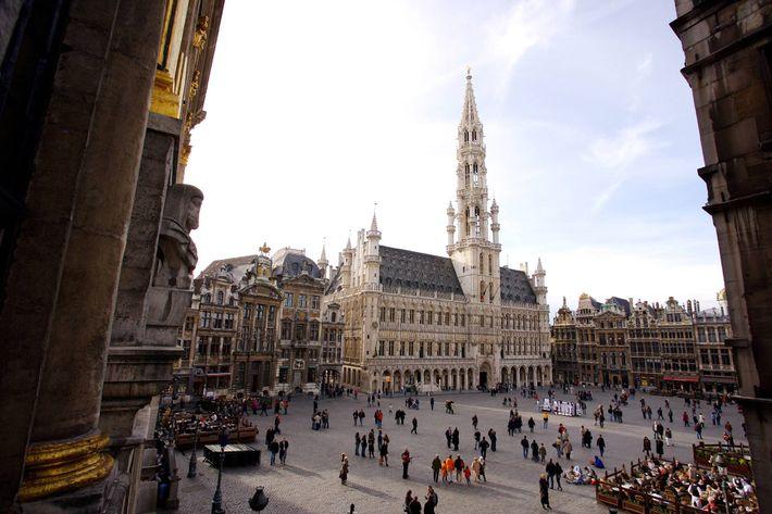 BRUXELAS, BÉLGICA – A capital belga gira em torno da sua praça central, ou Grand-Place, Património ...
