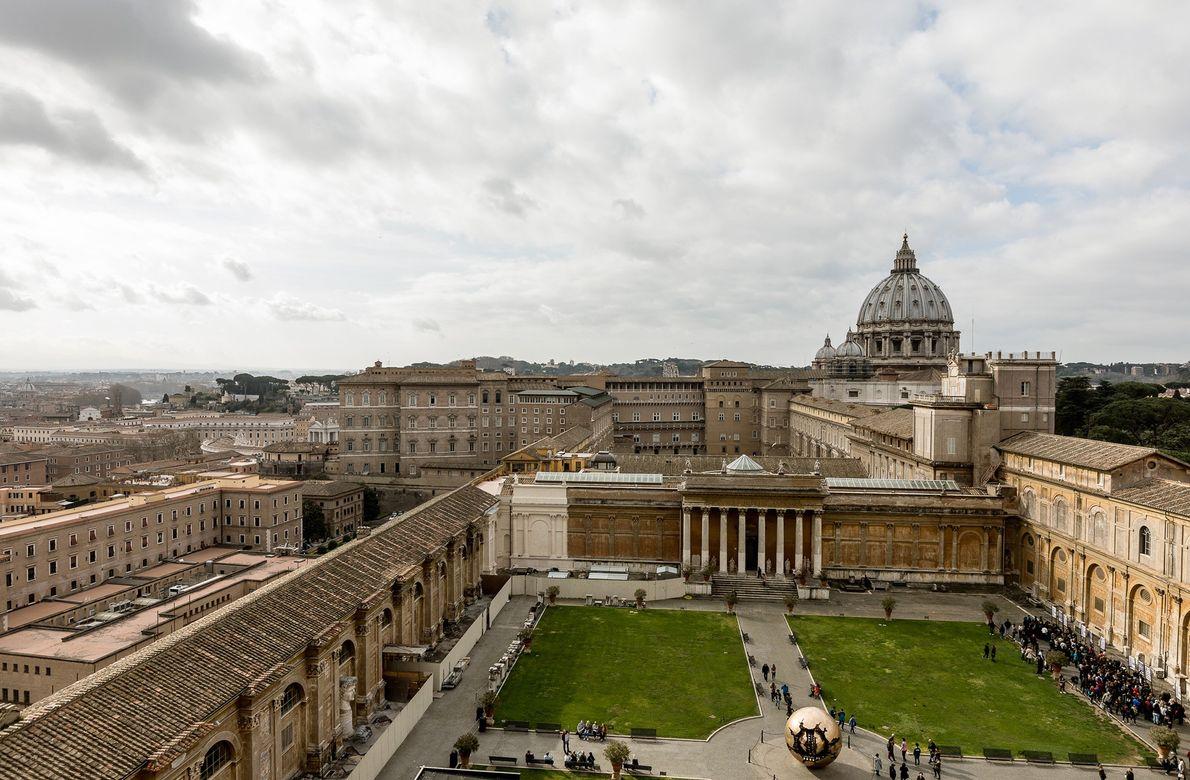 Uma torrente de visitantes atravessa os pátios do Vaticano.