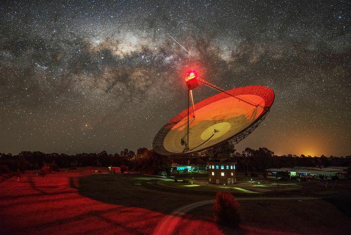 O radiotelescópio Parkes em Nova Gales do Sul, na Austrália, gerido pela Organização de Pesquisa Científica ...