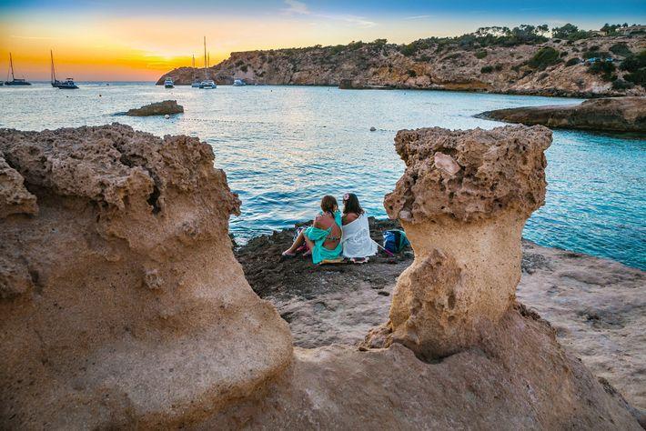 Na costa ocidental de Ibiza, as falésias impressionantes enquadram a água azul-turquesa de Cala Tarida.