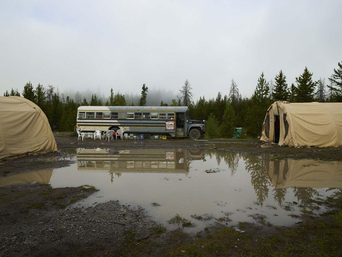 O acampamento dos plantadores de árvores após a chuva, no Lago Logan, na Nação Okanagan, na ...