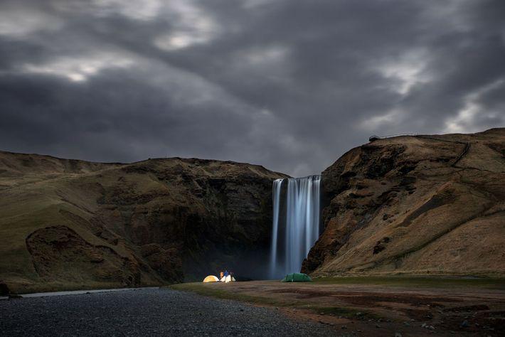 Acampamento selvagem ao pé da cascata Skógafoss, Islândia