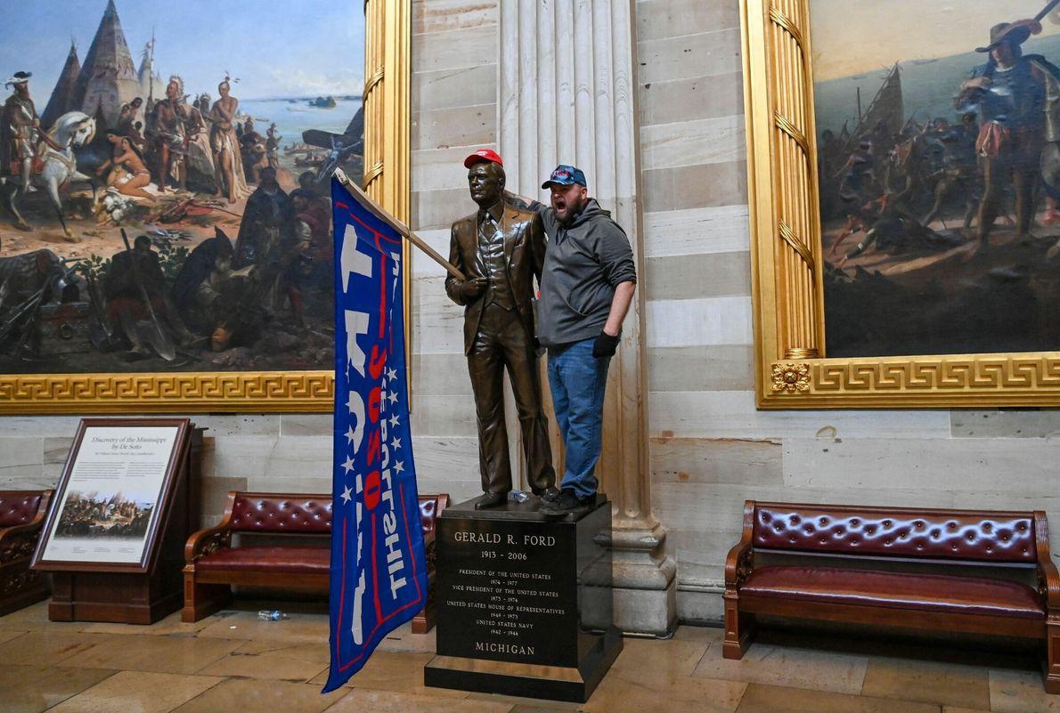 Os manifestantes vaguearam livremente dentro da Rotunda do Capitólio dos EUA, tirando fotografias e vasculhando os ...