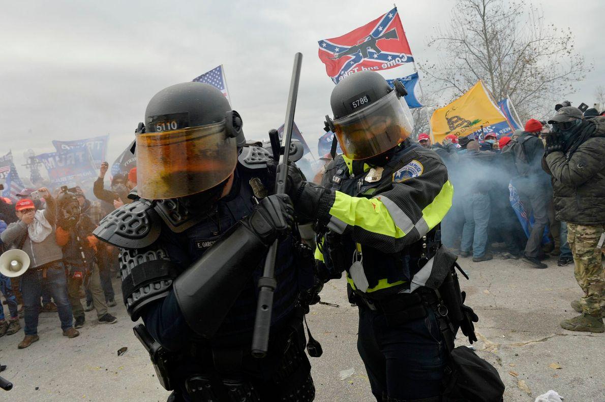 A polícia do Capitólio entrou em confronto com os manifestantes violentos pró-Trump no exterior do edifício ...