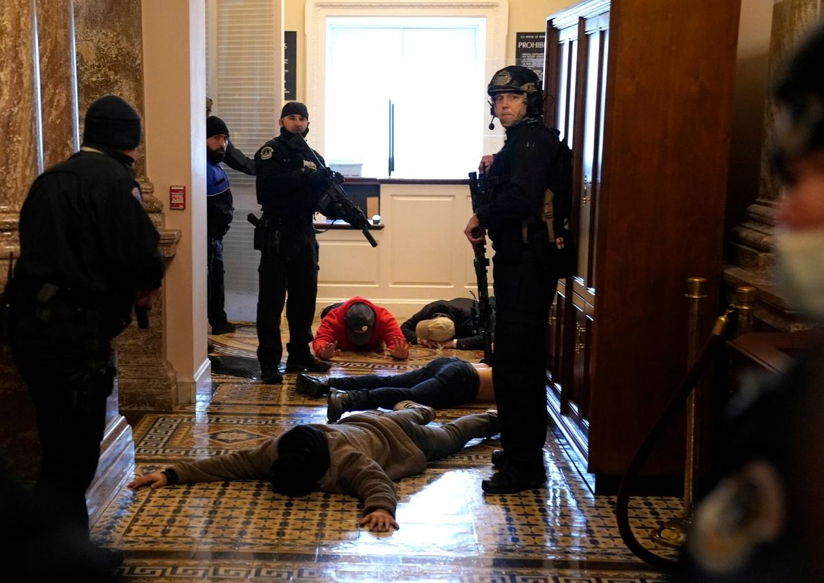 A Polícia do Capitólio dos EUA deteve manifestantes no exterior da Casa da Câmara. Uma mulher ...
