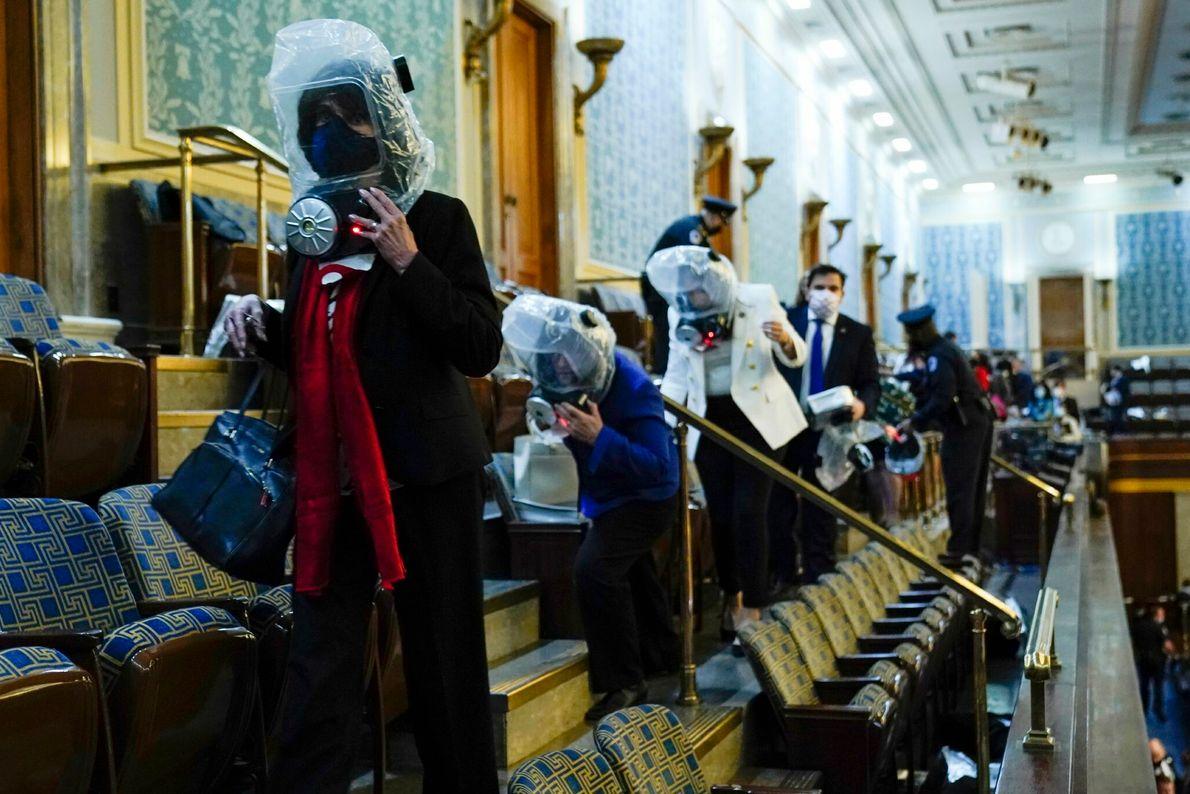 Quando os apoiantes do presidente Trump forçaram a entrada no Capitólio, os legisladores e funcionários na ...