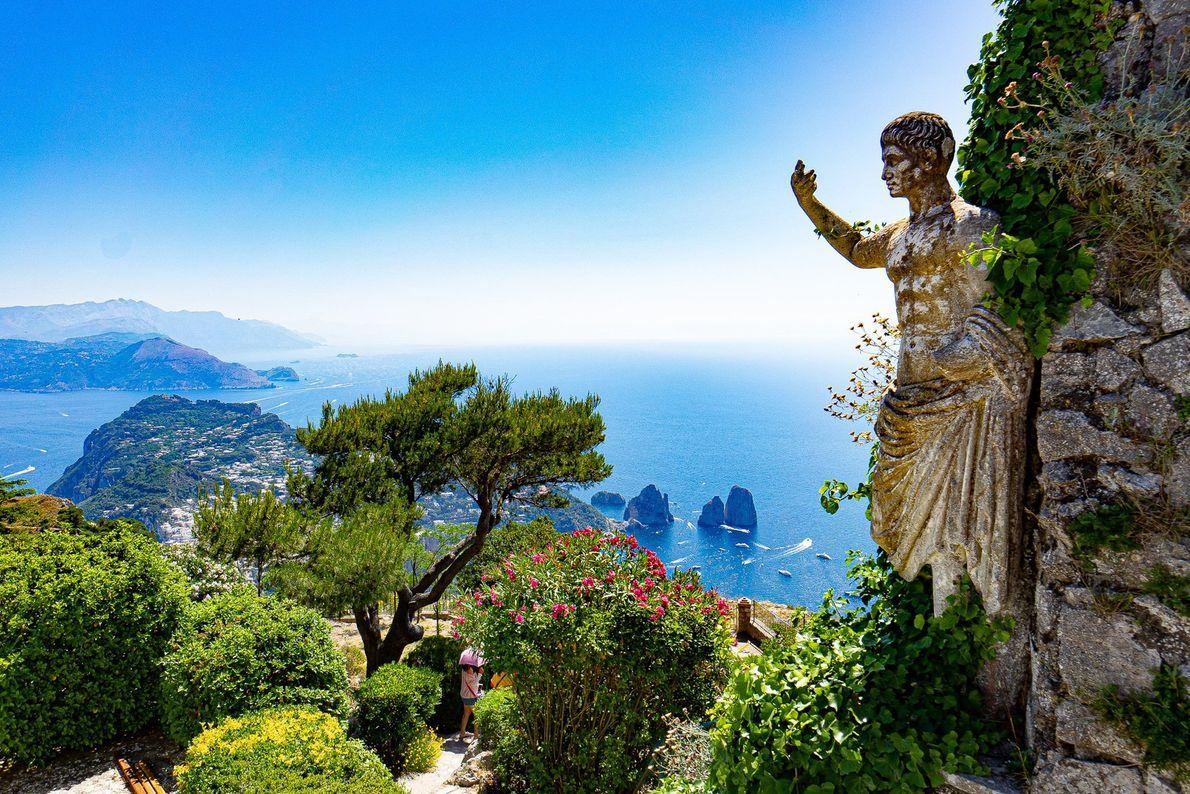 A ilha italiana de Capri é um destino muito popular para férias. No Monte Solaro, o ...