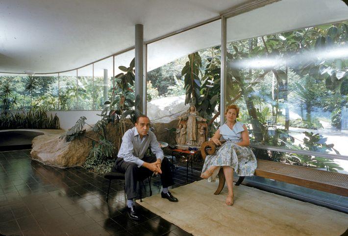 Nesta fotografia de 1958, o arquiteto brasileiro Oscar Niemeyer está sentado com a sua esposa, Annita, ...