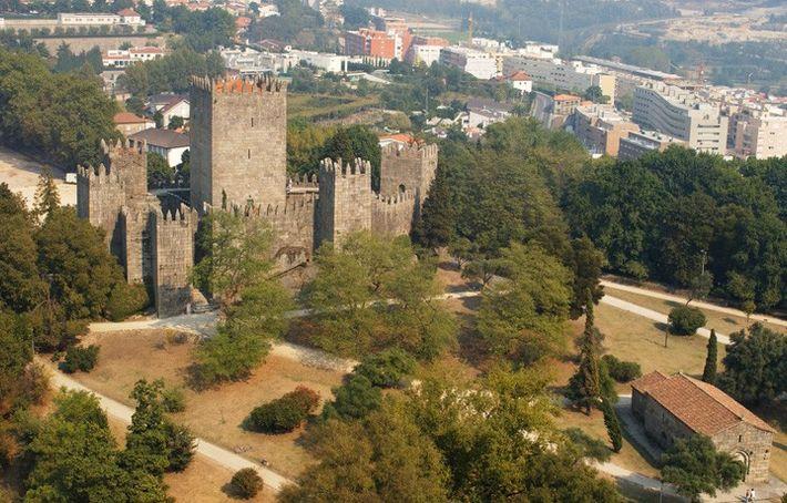 Castelo de Guimarães, onde nasceu Portugal.