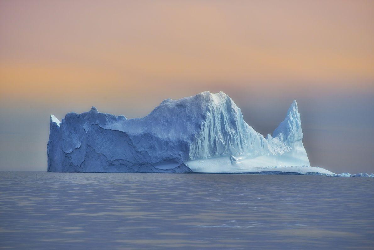 As esculturas de gelo da mãe natureza espalham-se pela água, criando uma impressionante exposição de arte ...