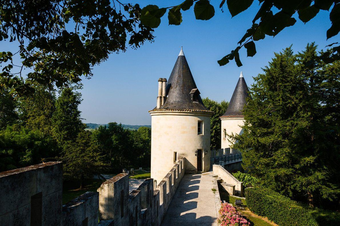 Comece com uma fortaleza medieval do século XI, situada entre as regiões francesas de Bordéus e ...