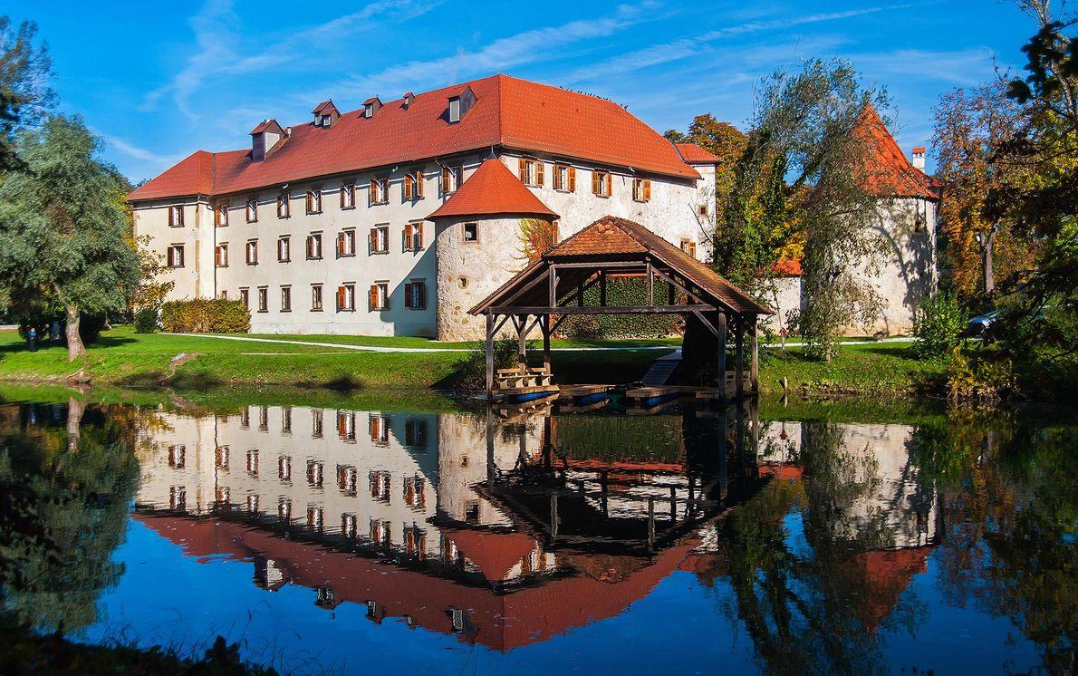 Castelo de Predjama, siga para leste até ao hotel de tons quentes e impecavelmente hospitaleiro, Grad ...