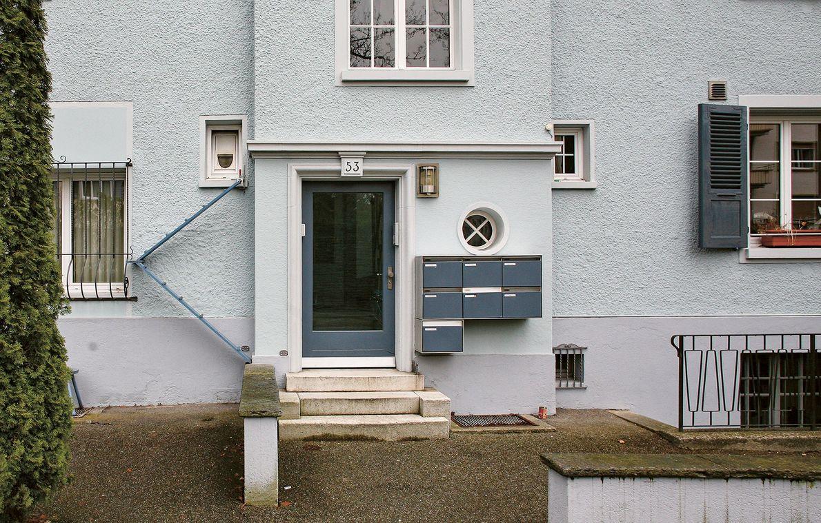 Uma escada com acesso a uma janela para gatos, permitindo aos felinos entrarem e saírem sem ...