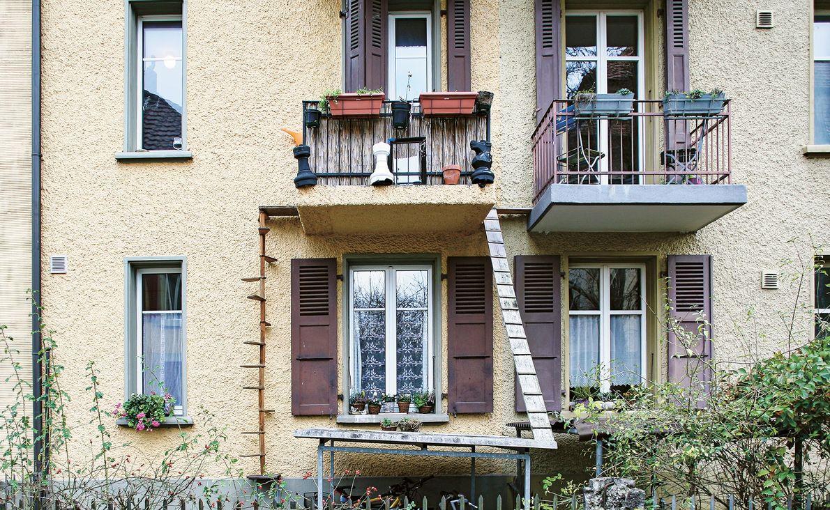Os gatos conseguem entrar e sair desta varanda através de uma escada em espiral e através ...