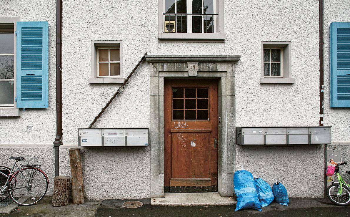 Caixas de correio suportam uma escada para gatos que faz a ligação entre a janela por ...