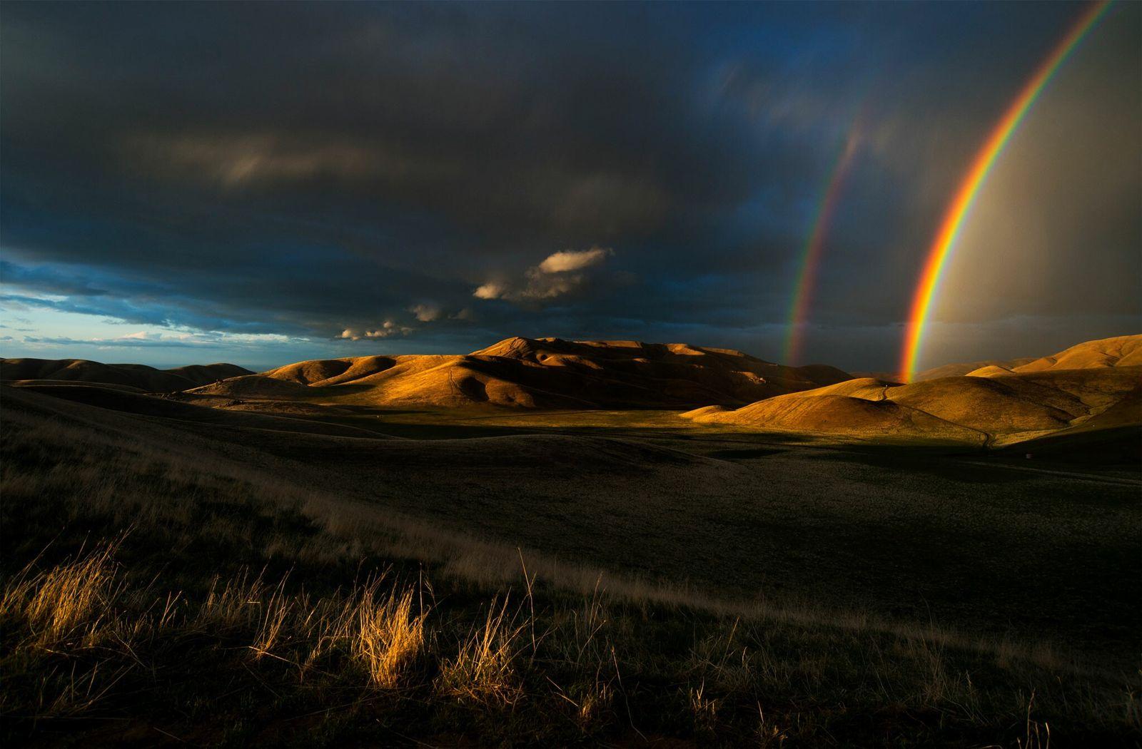 Arco-íris durante uma tempestade, no final da primavera, nas montanhas de San Emigdio, na Califórnia, uma ...