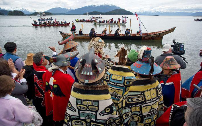 """Durante uma cerimónia de """"Regresso à Costa"""", os membros do clã Tlingit da Baía de Auke ..."""