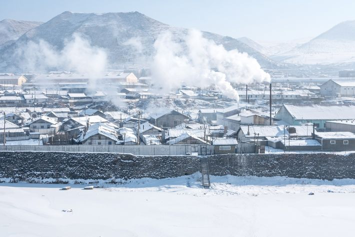 Fumo ergue-se sobre Hyesan, na Coreia do Norte