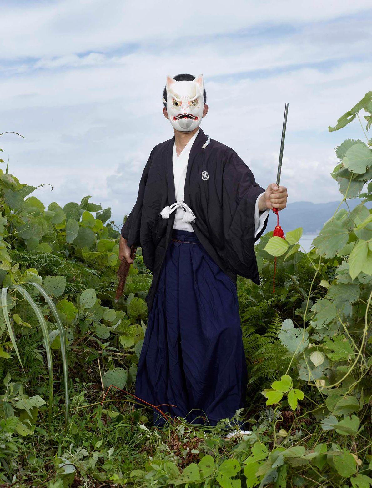 Homem com máscara de raposa