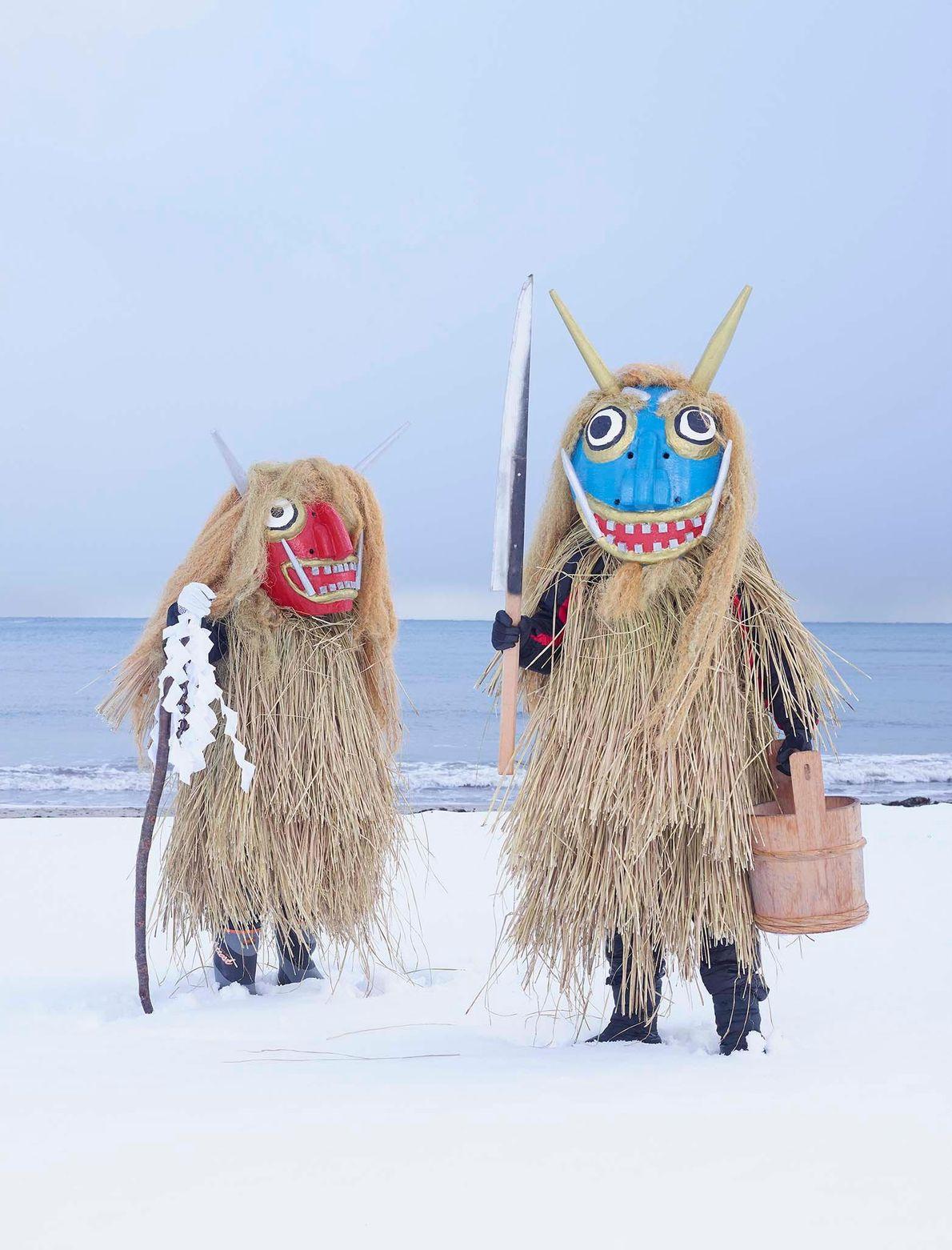Pessoas com máscaras de monstros