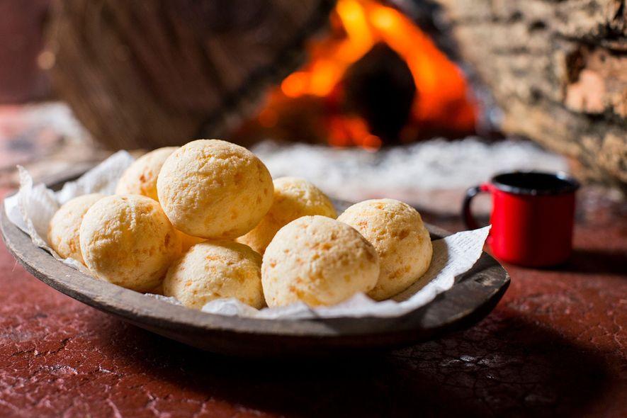 O pãozinho de queijo brasileiro é feito com farinha de tapioca e tem uma textura rija ...