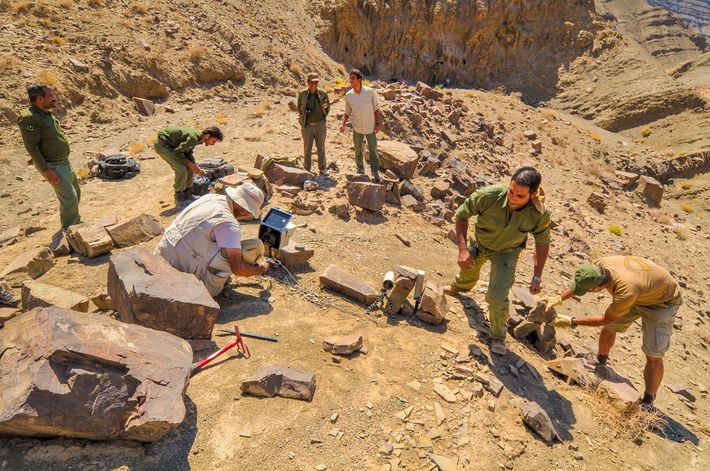 Jowkar, Khaleghi e a equipa do projeto chita montam uma armadilha fotográfica, na Reserva Naybandan, no ...