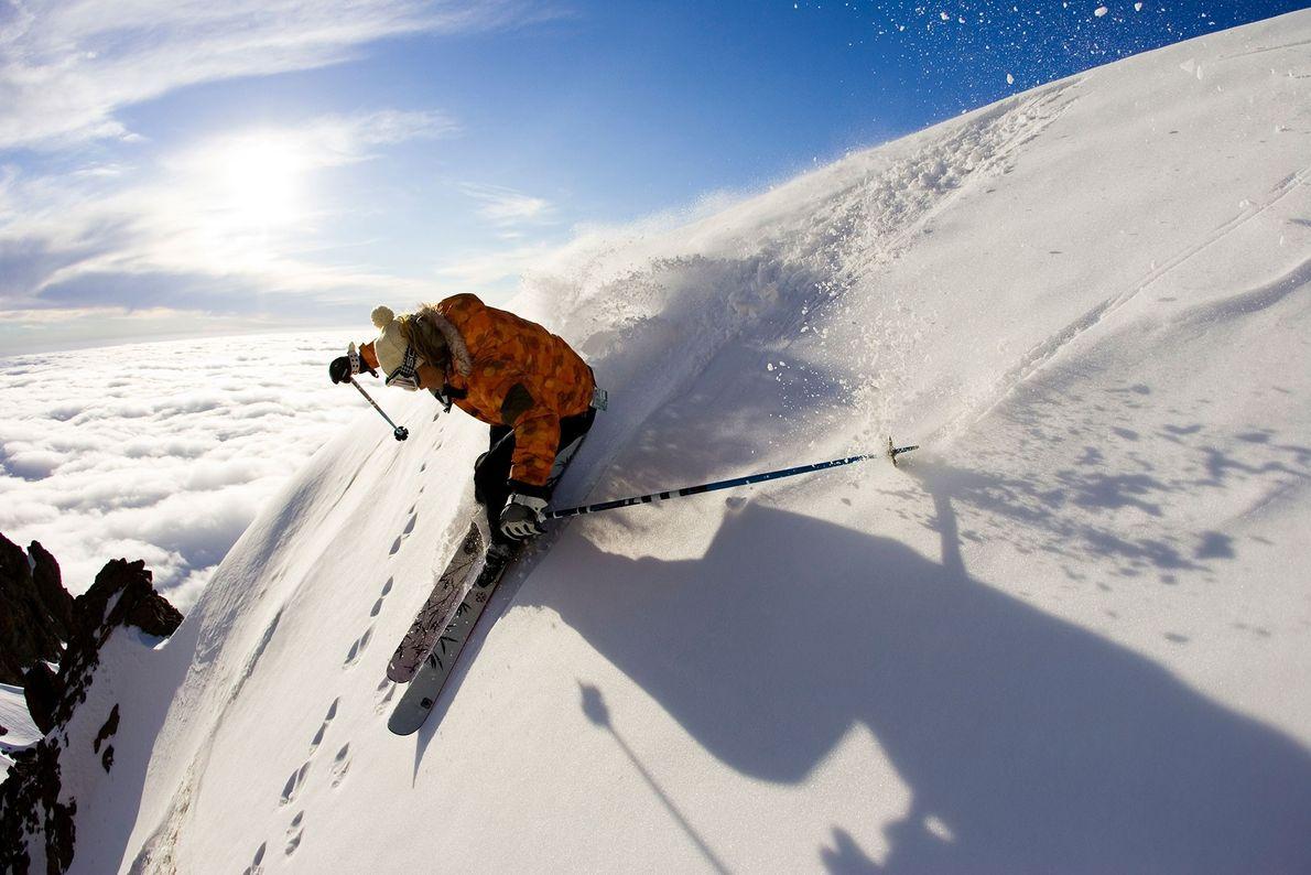 Esquiador desce uma encosta íngreme