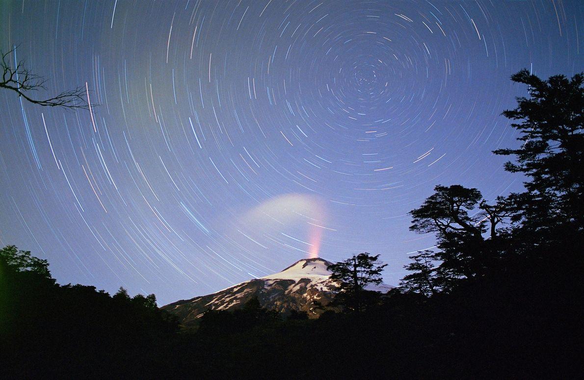 Vulcão Villarica expulsa uma coluna de vapor