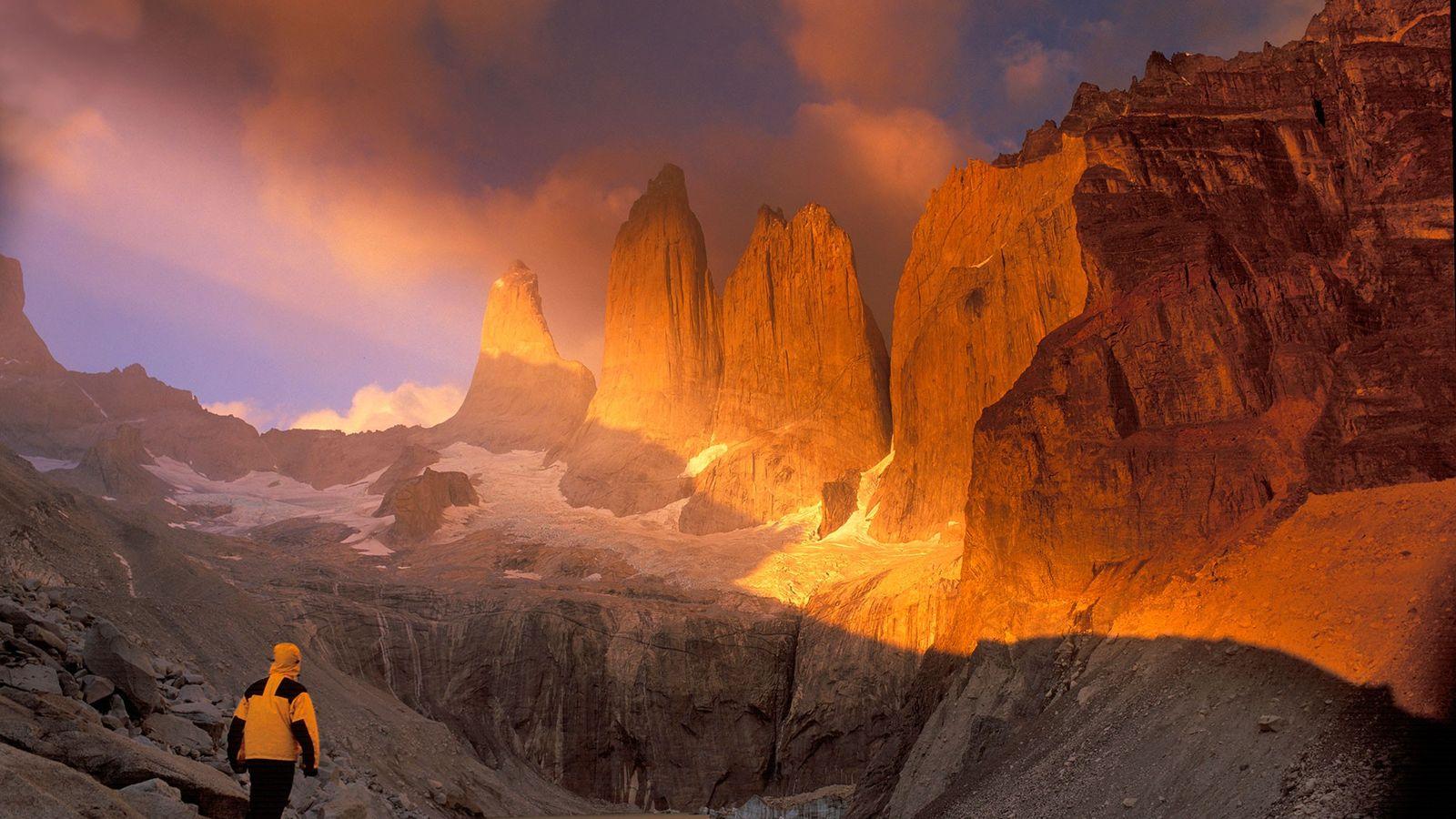 Um caminhante atravessa a paisagem rochosa do Parque Nacional de Torres del Paine