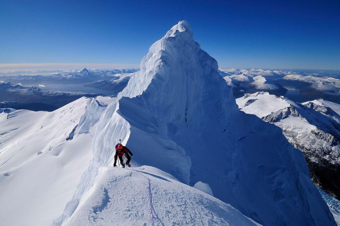 Montanhista atravessa um cume entre Monte Sarmiento e Cardillera Darwin