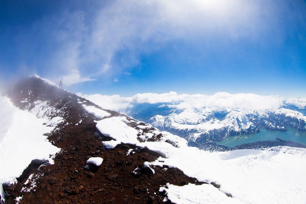 Nuvem passa por cima de um cume estreito em Lake District, no Chile