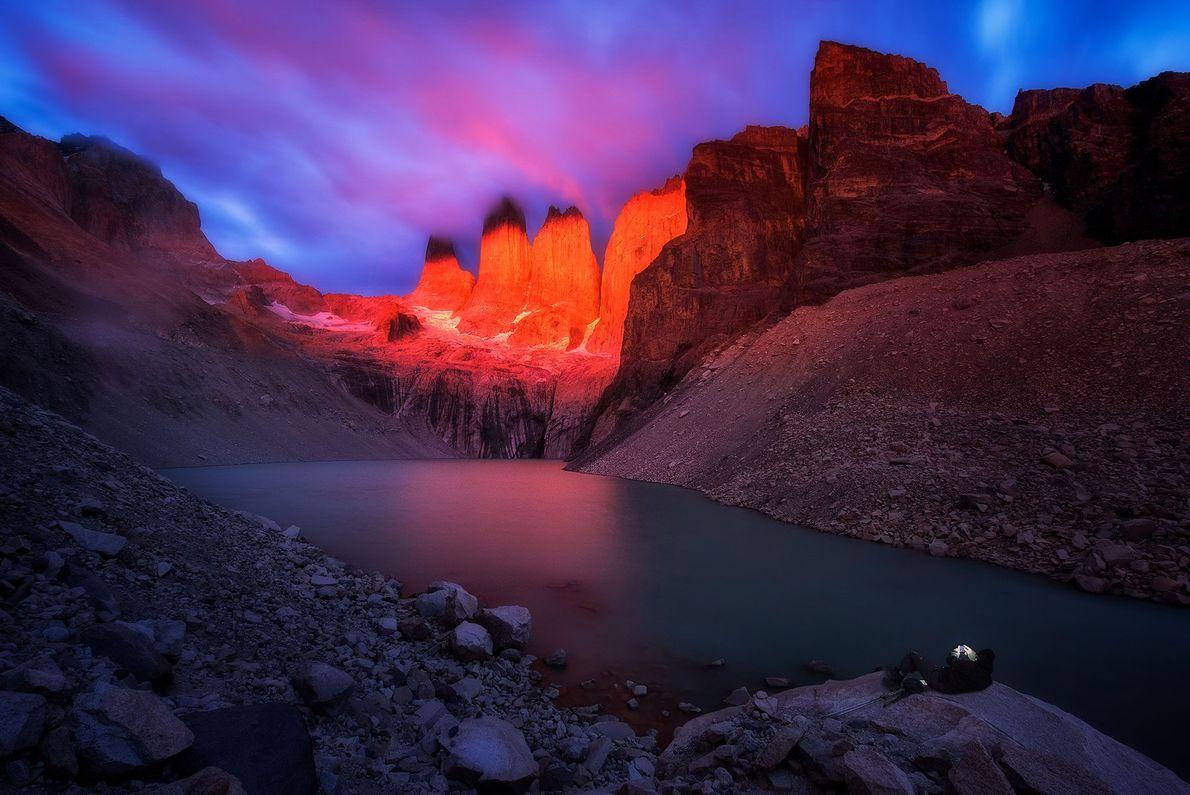 Luzes iluminam as torres do Mirador Base no Parque Nacional de Torres del Paine