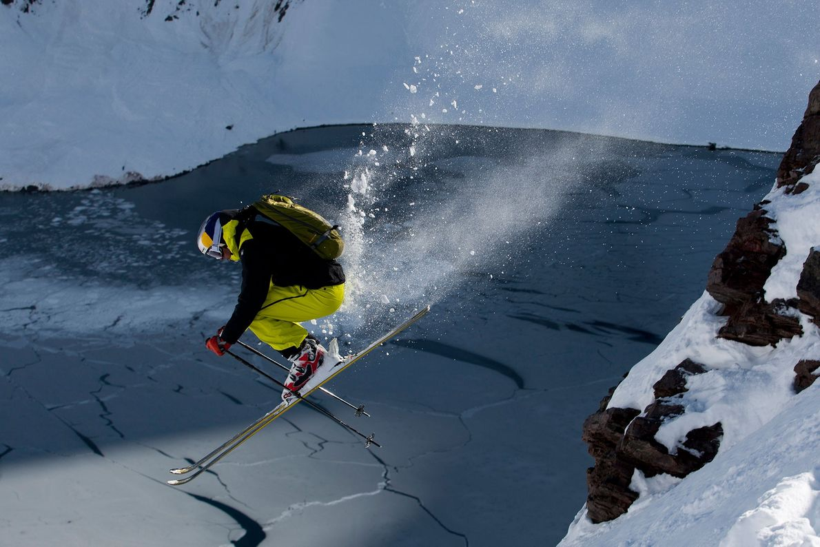 Partículas de neve projetadas à passagem de um esquiador