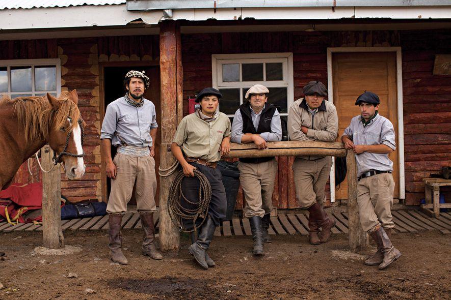 """Os cowboys chilenos conhecidos como baqueanos """"demonstram uma profunda ligação com a natureza"""", declara George, """"e ..."""