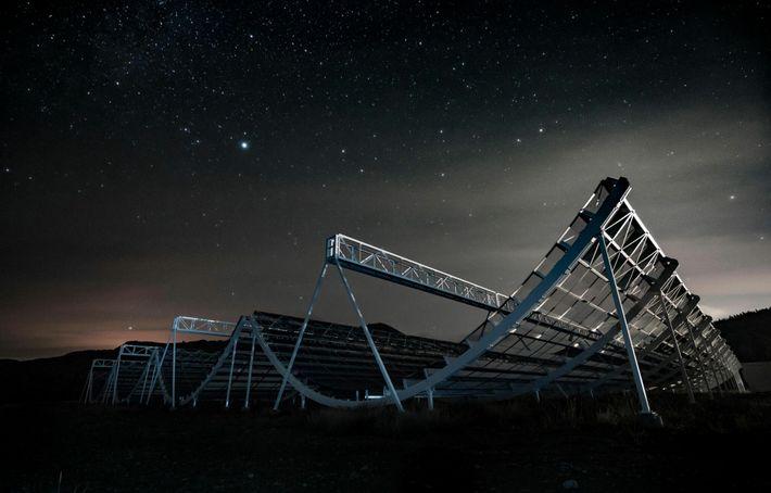 O telescópio CHIME do Canadá foi o primeiro a detetar a rajada de rádio no dia ...