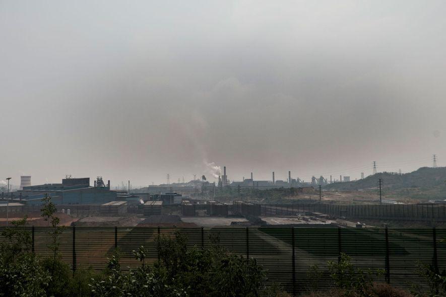 O ar em Tangshan está muito poluído por causa das siderurgias e de outras operações industriais, ...