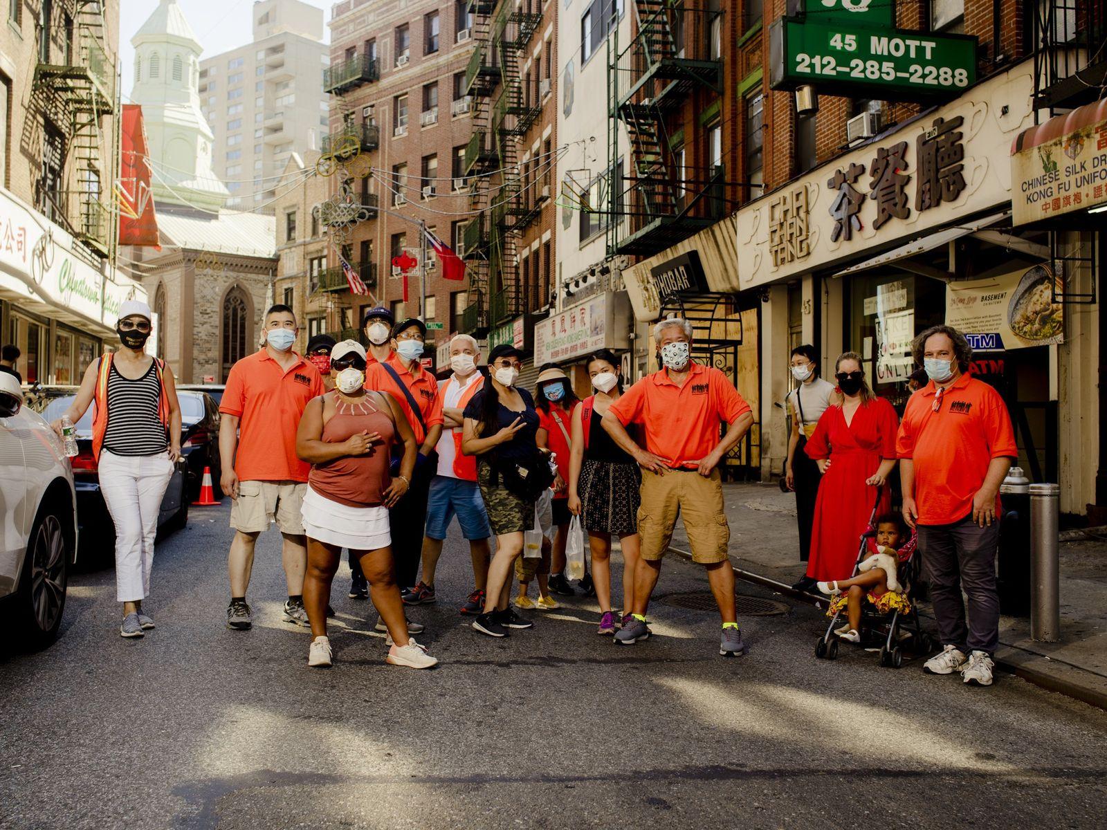 Três vezes por semana, nova-iorquinos reúnem-se em Chinatown para se juntarem à patrulha Chinatown Block Watch. ...