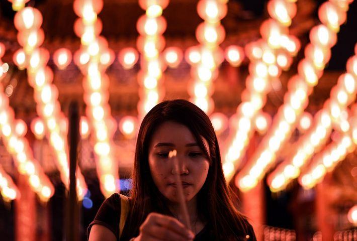 Uma participante do festival queima incenso no Templo de Thean Hou, em Kuala Lumpur, na véspera ...