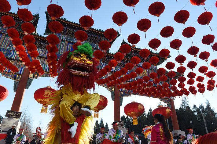 Bailarinos leão a dançar durante a cerimónia de abertura da feira do templo de Ditan Park, ...