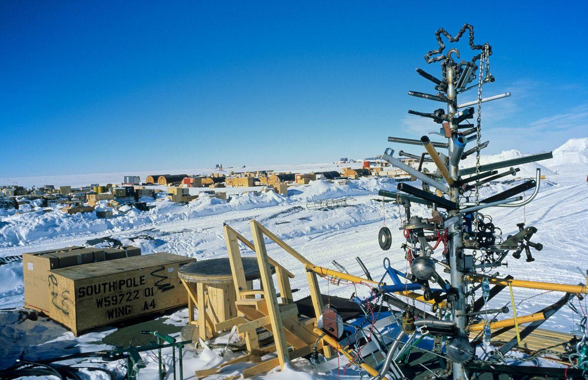 Uma árvore de Natal de sucata na Antártida, em 2005, feita por investigadores da Estação Americana ...