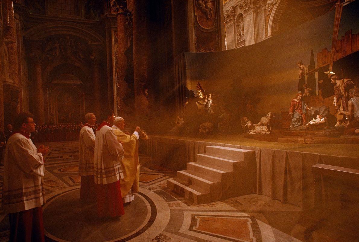O papa João Paulo II lança incenso sobre o presépio da Basílica de São Pedro, no ...