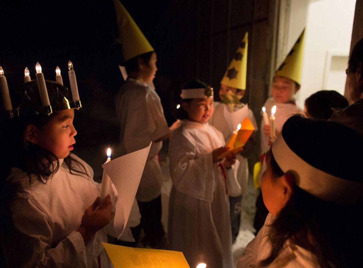 Crianças participam numa celebração escolar de Natal, em 2013, na pequena povoação inuíte de Isortoq, na ...